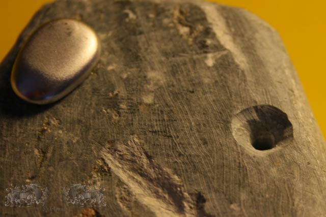 Detail der Vorderplattenrückseite. - Wichtig ist, dass die Bohrung hier konisch erweitert wird, damit die eingegossenen Zapfen nicht aus den Bohrungen fallen.