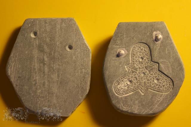 Die Vorder- und grob in Form geschnittene Rückplatte. Gut zu sehen ist, dass die Bohrungen auf der Rückenplatte nicht durchgehen.